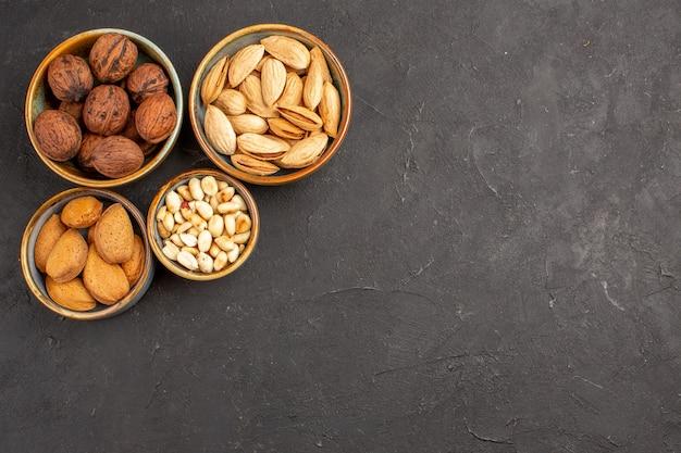 灰色の表面のナッツ組成クルミと他のナッツの上面図
