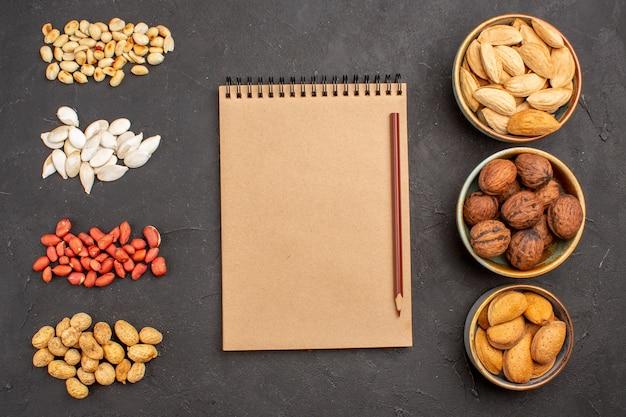 暗い表面にさまざまな新鮮なナッツを含むナッツ組成の上面図