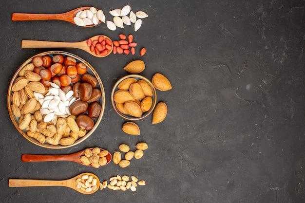 暗い表面に異なるナッツを含むナッツ組成の上面図