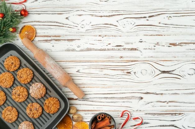 木製のテーブルのベーキングトレイにオート麦クッキーのトップビュー