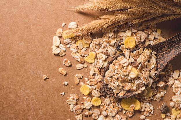 나무 테이블에 오트밀 부스러기의 최고 볼 수 있습니다. 건강 한 아침 식사 개념