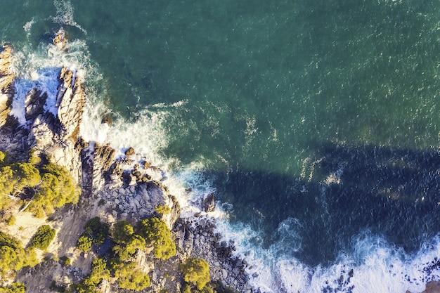 해안에 부서지는 바다 파도의 상위 뷰