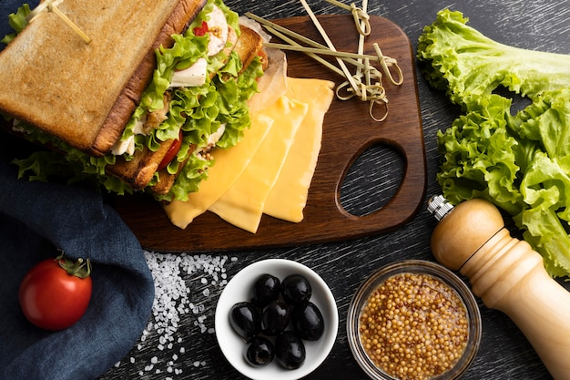 Вид сверху тостового сэндвича с салатом и помидорами