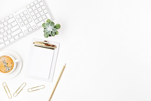 オフィスデスクの上面図。キーボード、クリップボード、事務用品を備えたテーブル。フラットレイホームオフィスワークスペース、リモートワーク、遠隔教育、ビデオ会議、電話のアイデア