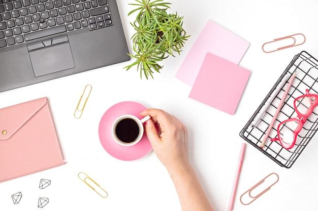 オフィスデスクの上面図。ノートパソコンと事務用品を備えたテーブル。フラットレイホームオフィスワークスペース、リモートワーク、遠隔教育、ビデオ会議、通話コンセプト