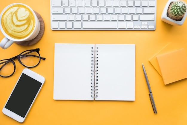 モダンなアクセサリーとオフィスデスクテーブルの上面図