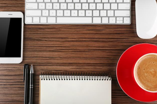 커피와 액세서리와 함께 사무실 책상의 상위 뷰