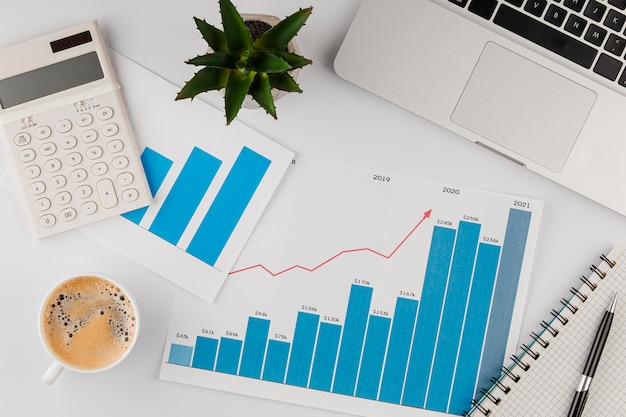 成長チャートとコーヒーカップとオフィスデスクの上面図