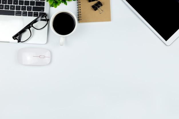 사무실에서 작업 영역이있는 사무실 책상의 상위 뷰.