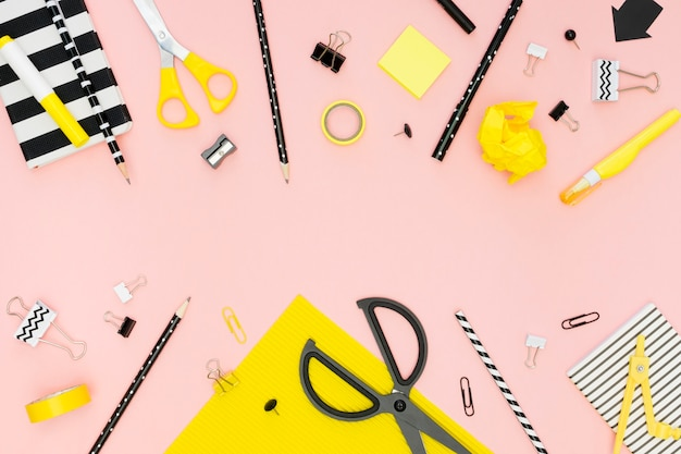 Вид сверху канцелярских принадлежностей с ножницами и карандашами