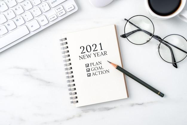 Вид сверху офисного стола, концепция работы 2021 года с ноутбуком