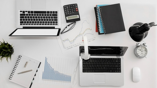 Вид сверху офисного рабочего пространства с ноутбуком и другими предметами первой необходимости