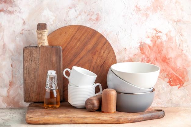 カラフルな表面に木製のまな板におろし器を積み上げた油瓶のトップ ビュー