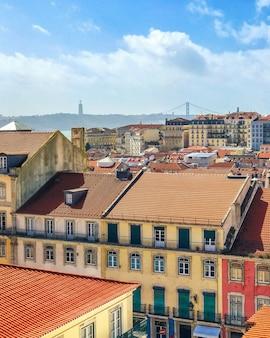 Взгляд сверху старого средневекового лиссабона, португалии. на крыше европейский город ориентир.