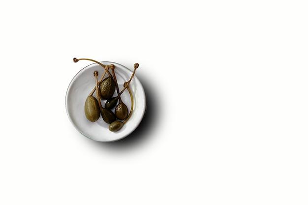 고립 된 하얀 접시에 올리브 과일의 최고 볼 수 있습니다. 디자인 요소에 적합합니다. 프리미엄 사진