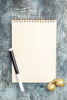 灰色の表面に開いているメモ帳の上面図