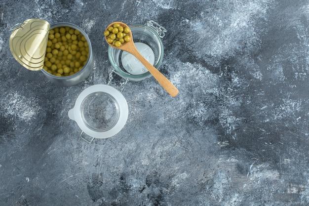 瓶と開いたエンドウ豆の缶の上面図