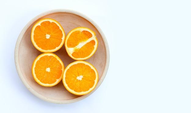 Вид сверху апельсиновых фруктов на деревянном подносе