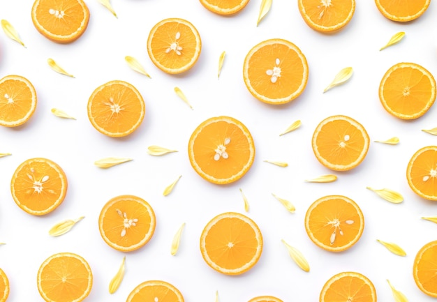 Вид сверху дольки апельсина с изолированным лепестком цветка
