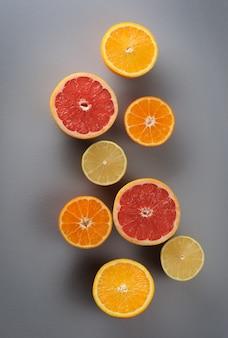 灰色の表面にオレンジレモンみかんグレープフルーツの上面図
