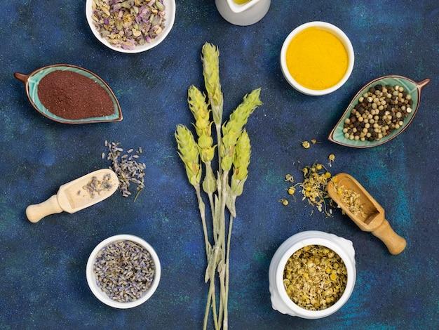 Вид сверху органических лекарственных специй и трав