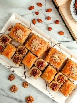 Вид сверху восточного теста с орехами на блюде