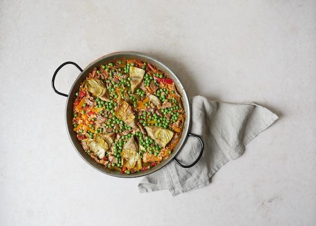 Вид сверху паэльи, приготовленной на сковороде для паэльи (традиционная испанская посуда)