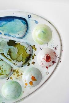Вид сверху палитры и акварельных красок