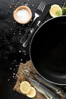 魚とカトラリーの鍋の上から見る