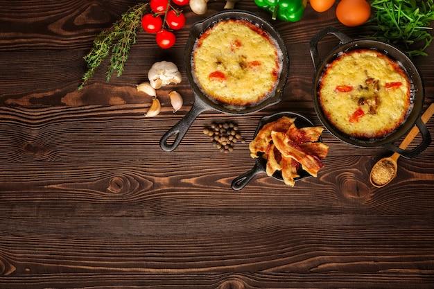 Вид сверху сковороды с едой и специями