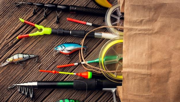 Вид сверху бумажный пакет с рыболовными принадлежностями