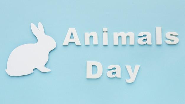 動物の日のための紙のバニーのトップビュー