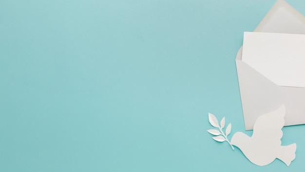 Вид сверху бумаги голубя с конвертом и копией пространства
