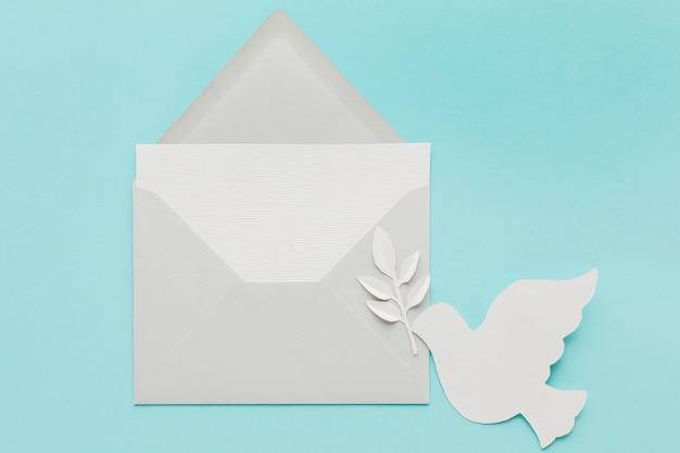 Вид сверху бумаги голубя с конвертом