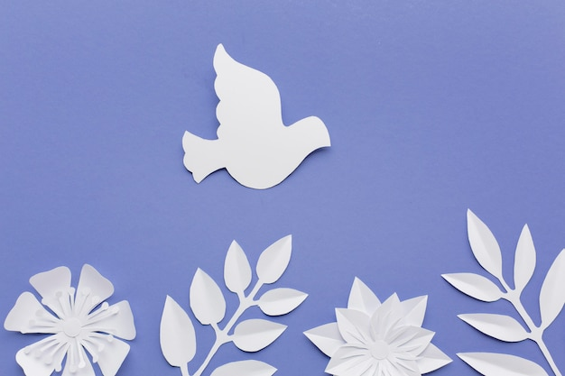 Вид сверху бумаги голубя с листьями