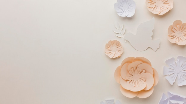 Вид сверху бумаги голубя с бумажными цветами