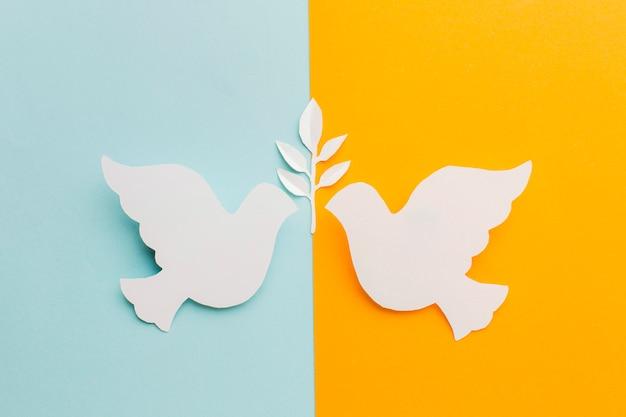 Вид сверху бумажных голубей лицом друг к другу