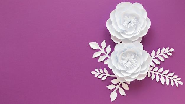 Вид сверху бумажных цветов на женский день с копией пространства