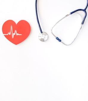Вид сверху бумажного сердца с сердцебиением и стетоскопом