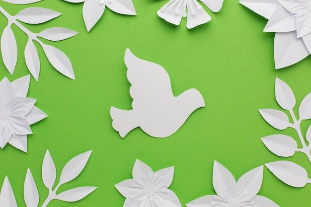 Вид сверху бумажных листьев и голубя