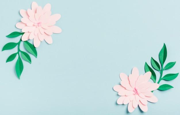 Вид сверху бумажных весенних цветов
