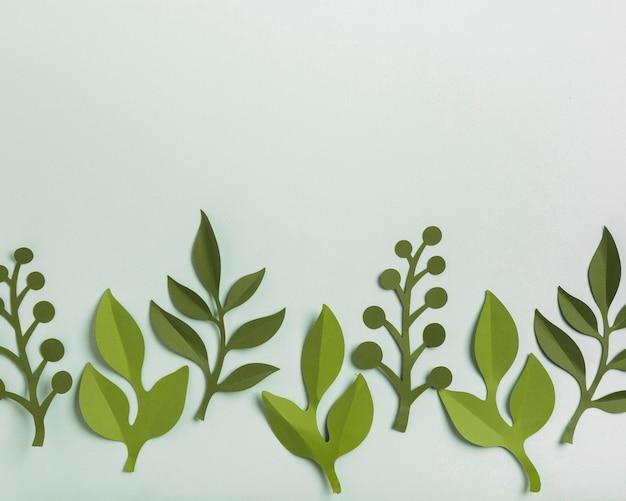 Вид сверху бумажных весенних листьев