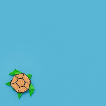 Вид сверху бумажной черепахи с копией пространства на день животных