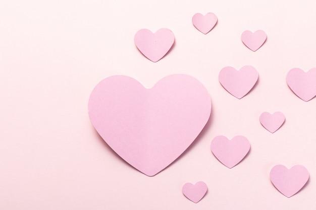 白い背景の上の紙バレンタインハートの上面図