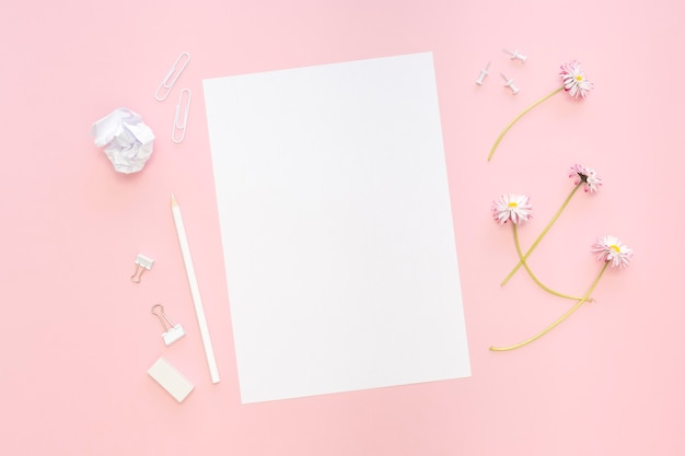 Вид сверху бумаги с цветами и карандашами
