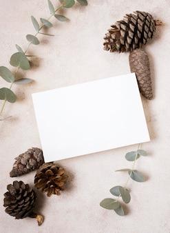 소나무 콘과 가을 식물 종이의 상위 뷰