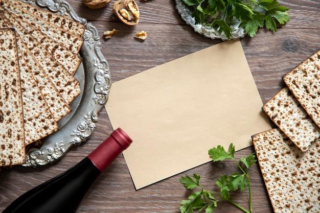 Вид сверху фона пасхи. празднование пасхи с вином и мацой на деревянных фоне.
