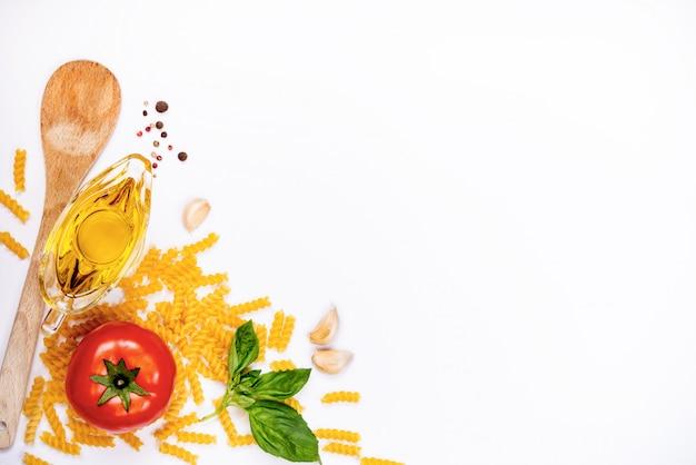 白い背景の上のパスタの食材のトップビュー