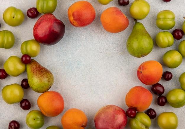 コピースペースと白い背景の上の果物のパターンの上面図