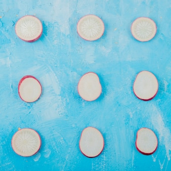 Вид сверху узор нарезанный редис на синем фоне Бесплатные Фотографии